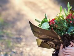 Espera con flores... (AriCatalán) Tags: flores niño campo ramo camino bokeh contraluz
