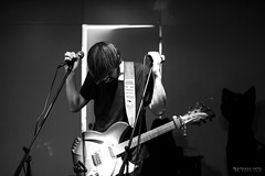 Alex Lacaze, finiquitando canción (8de3.com) Tags: alfonsovalle 8de3com barmaceutiko barmacia barmacéutico barmacéutiko drbarmacéutiko drbarmaceutiko concierto concert live directo guitarra guitar bajo bass rock pop indie blackandwhite bw bnw byn lacaze alexlacaze