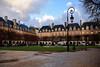 Paris / Place des Vosges / Rainy day (Pantchoa) Tags: paris france placedesvosges pluie architecture façades bâtiments maisons nuages réverbère vert gazon ciel allée parc square arbre squarelouisxviii fontaine arcades toits ardoise cheminées eau marais