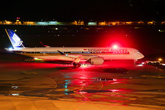Singapore Airlines Airbus A350-941 9V-SMP (Mark Harris photography) Tags: spotting wsss changi plane aviation canon 5d night