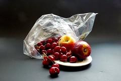 Frutas en la bolsa..... (valorphoto.1) Tags: frutas cerezas bolsa selecciónvp luz interior fondooscuro natural naturalezasmuertas stilllife photodgv