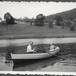 Archiv FaMUC212 Münchner Familie, Im Ruderboot, 1930er thumbnail
