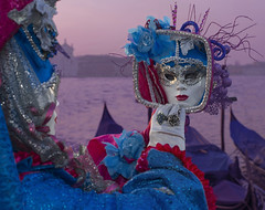 sfiorandoti (Paolo Dell'Angelo (JourneyToItaly)) Tags: carnevaledivenezia bacinodisanmarco veneto italia mask aurora costume carnivalofvenice redblue