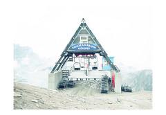(harald wawrzyniak) Tags: analog analogue film scan mediumformat 120mm haraldwawrzyniak harald wawrzyniak kodak kodakportra portra austria mölltal mölltalergletscher gletscher glacier house lift triangle foggy white 2018