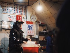 Keelung Night Market 阿華炒麵 (KEELUNG TAIWAN) (Wan.L) Tags: dishes streetfood traditional people dark m43 view photo photography streetview streetphoto streetphotography street food nightmarket night asia keelung taiwan olympus グルメ 夜店 オリンパス 道景 小吃 街景 夜市 廟口 基隆 台灣