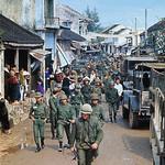 TQLC Mỹ với binh sĩ Nam VN trên một đường phố Huế, Tết Mậu Thân 1968 thumbnail
