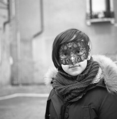 Masquerade [Venice 2018 #3] (Dimi71) Tags: rollei rolleiflex planar rolleiflex35f kodak tx400 trix400 trix selfdeveloped selfdeveloping selfdevelop analog film twinlensreflex bw blackandwhite bn biancoenero squareformat mediumformat 6x6 hc110 ilford ilfordfp4 fp4 venice portrait tlr