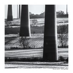 Die Säulen der Welt (Der Zeit die Augenblicke stehlen) Tags: energy wind landscape fields car bw sw monochrom thomashesse hth56 germany trees