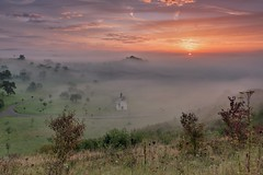 *Tal der Morgennebel II* *Valley of the morning mist II* (albert.wirtz) Tags: albertwirtz bergweiler deutschland germany rheinlandpfalz rhinelandpalatinate landscape paesaggi paysages allemagne fog mist misty foggy neblig dunstig morgennebel morningmist sunrise sonnenaufgang wittlich wittlichersenke wittlichvalley gegenlicht backlight twilight goldenhour goldenestunde moseleifel eifelmosel brouillard bruma brume laniebla nebbia eifel eifelsteig fintenkapelle fintenchapel chapel kapelle nikon d700 natur nature treesinmist bäumeimnebel tree streuobstwiesen orchard meadow wiese filter grauverlauffilter grauverlauffiltergnd09soft