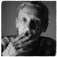 (Walter Daniel Fuhrmann) Tags: mujer retrato portrait bw blancoynegro bn cara face cigarrillo cigarette fumando smoking isabel