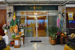 entrance to a temple meeting room (the foreign photographer - ฝรั่งถ่) Tags: meeting room entrance statues wat prasit mahathat buddhist temple bangkhen bangkok thailand nikon d3200