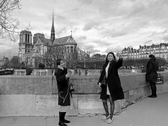 Touristes au pont de l'Archevêché (Raymonde Contensous) Tags: notredamedeparis pontsdeparis streetlife monochrome paris