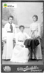 tm_1534 (Tidaholms Museum) Tags: svartvit positiv människor fotograf möbel rekvisita dekor bord