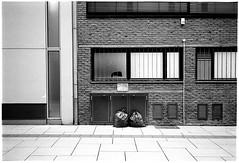 Doppelpack (Christoph Schrief) Tags: frankfurtammain neuerothofstrasse leicam2 zeisscbiogon2835 kodaktrix400400 ilfordilfoteclc29 119 7min 20° selfdeveloped film analog bw sw