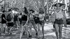 2307  Escena callejera (Ricard Gabarrús) Tags: robado blancoynegro olympus callejeando escenacallejera ricgaba muchachas ricardgabarrus