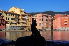 Baia del Silenzio (Luigia80 (Pat)) Tags: baiadelsilenzio sestrilevante liguria levante genova sole domenica spiaggia riflessi scogli statua ilpescatore case colori