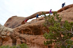 Hikers Near Landscape Arch (Joe Shlabotnik) Tags: nationalpark utah hiking 2017 arches arch archesnationalpark landscapearch november2017 moab afsdxvrzoomnikkor18105mmf3556ged