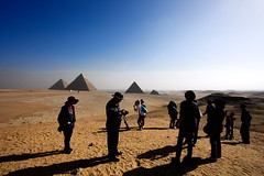 Giza (Gwenaël Piaser) Tags: giza egypt egypte january janvier january2018 2018 guizeh pyramids pyramides tourists tourism group sand miṣr مَصر maṣr ⲭⲏⲙⲓ مِصر gizèh gîza guizèh gizah or jizah الجيزة aljīzah ϯⲡⲉⲣⲥⲏⲥ ⲅⲓⲍⲁ tiperses unlimitedphotos gwenaelpiaser canon eos 6d canoneos eos6d canoneos6d fullframe 24x36 reflex rawtherapee 1740mm ef1740mmf4lusm canonef1740mmf4lusm seriel zoom lseries 1000