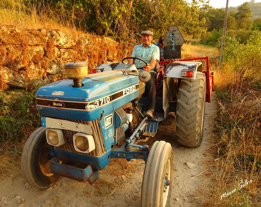 Águas Frias (Chaves) - ... indo para a labuta no campo no trator ...