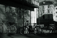 light&shadow@Tübingen, Germany 2 (Amselchen) Tags: bicycle mono lightandshadow shadow bnw blackandwhite germany windows building fujifilm fujifilmxseries xt2 planar zeiss carlzeiss touit1832 fujifilmxt2