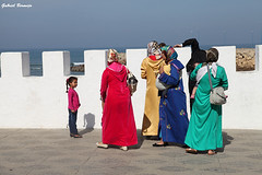 Parchís árabe - Asilah (Gabriel Bermejo Muñoz) Tags: assilah asilah aṣīla arcila arzila asila atlantico oceano ocean atlantic africa marruecos morocco maroc maghreb musulman arabe arabic woman mujer muslim islam islamic islamico hiyab hijab travel ambiente color zoco souk souq exotic exotico escena scene bereber medina gabrielbermejomuñoz colours calle muslims musulmanes islamista islamist islamicpeople muslimpeople arabicpeople peopleoftheworld velo pañuelo contrast contraste religion mujeres women colorido colour colourful colorful colors muralla wall almena