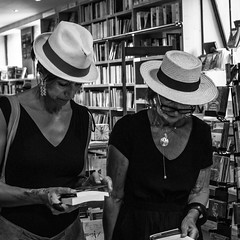 mère et fille (jemazzia) Tags: intérieur inside lecture librairie livres books büchers boeken libros blackandwhite noiretblanc