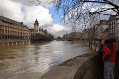 Paris /  Flood of the Seine (Pantchoa) Tags: paris seine fleuve inondation eau quai quaidesgrandsaugustins arbres nuages hiver architecture crue crue2018 inondation2018 gens homme pontsaintmichel quaidesorfèvres