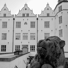 der rechte Löwe (p.schmal) Tags: olympuspenf ahrensburg schloss löwe