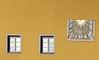 GMT + 2H (Ernst_P.) Tags: bayern deu deutschland wasserburg wasserburgaminn sonnenuhr samyang walimex 135mm f20 fassade fenster window ventana reloj clock