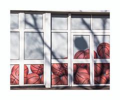 Cumul (hélène chantemerle) Tags: ville rue vitrine ballons soleil ombres lumière blanc rouge town street showcase balloons sun shadows light white red