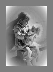 La petite Princesse (busylvie) Tags: monochrome enfant fillette poupée amour maternité émotion admiration flickrunitedaward