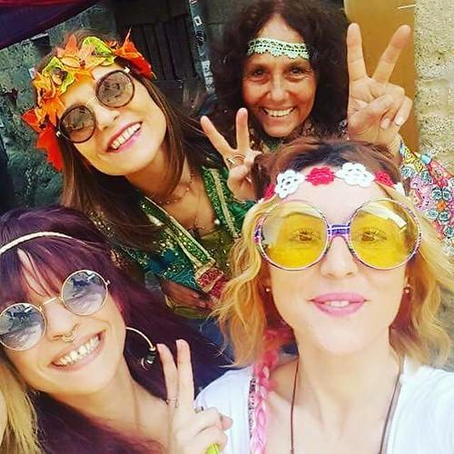Peace & Love  🎸 #festival 📷 ] ; ) ::\☮/>>http://www.elettrisonanti.net/galleria-fotografica #hippie 🌈 #calcata #musica #dalvivo #streetart #figlideifiori #busker #rocknroll #popolare 💟 #amore @paoladellaporta #sottos