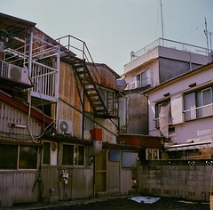 西陽を浴びる街 04 (Hisa Foto) Tags: alley film tokyo planar rollei tlr rolleiflex