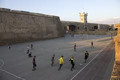 CORRIENDO LA BANDA EN LOS FOSOS (CARLOS CALAMAR) Tags: futbol football soccer moat castle cádiz andalucía geottaged