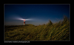 Lichtstrahl! / lightbeam! (H. Roebke) Tags: night de architektur landscape sunset nature sonnenuntergang nachtaufnahme lighthousethursday rural natur nordsee ellenbogen nordfriesland leuchtturm 2017 architecture landschaft lighthouse gras color lightroom sky sylt northsea nightshot insel germany