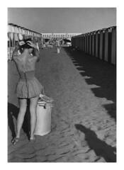 Mamma ad Ostia - 1957 (30) (dindolina) Tags: photo fotografia blackandwhite bw biancoenero monochrome monocromo family famiglia history storia marialaviniabovelli mare sea beach spiaggia ostia roma rome italy italia vacation vacanze summer estate vintage 1957 1950s annicinquanta fifties