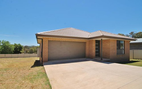 16 Henry Pl, Young NSW 2594