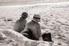 Partnerlook (Tom Levold (www.levold.de/photosphere)) Tags: venice xpro2 xf18135mm venedig fuji venezia street sw bw lido paar hüte hats beach strand couple