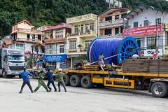 Těžká práce po vietnamsku (zcesty) Tags: vietnam24 ulice náklaďák domorodci vietnam sapa dosvěta làocai vn