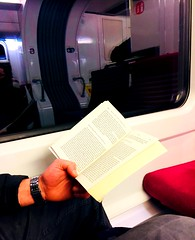 Ne pas perdre de temps dans le train.. et vous ce sera ? (fourmi_7) Tags: lire wagon trajet train ter