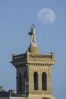 El Sagrado corazón y la Luna.