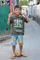 peace from a takraw player (the foreign photographer - ฝรั่งถ่) Tags: boy takraw ball street peace sign khlong thanon portraits bangkhen bangkok thailand nikon d3200