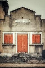 Où sont les divas ? (Isa-belle33) Tags: urban urbain city ville architecture old ancien fujifilm house maison shop storefront boutique door porte fenêtres windows mur wall