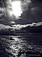 El sol sale para todos ... (Aprehendiz-Ana Lía) Tags: monocromático water nikon mdq flickr sol nubes tormenta landscape city bw blanco negro rocas imagen exterior analialarroude naturaleza nature nwn