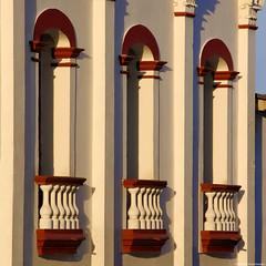Wich one? (Blas Torillo) Tags: cuetzalan puebla méxico mexico ventanas windows atardecer sunset arquitectura architecture balcones balconies formas shapes luznatural naturallight fotografíaprofesional professionalphotography fotógrafosmexicanos mexicanphotographers nikon d5200 nikond5200 fotografíaenlacalle streetphotography