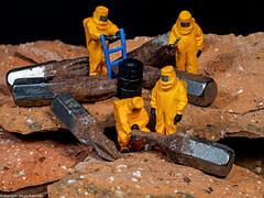 Tiny People - Untersuchung der Fundstücke (J.Weyerhäuser) Tags: pins rost tinypeople metall stein schraubenzieher kreuzschlitz preiser h0 187 miniatur