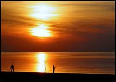 Pêcheurs de lumière (chloe.iche) Tags: paysbas zélande netherlands couchédesoleil sunset merdunord pêcheurs plage lumièredorée northsea goldenlight beach