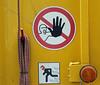 Flash. (universaldilletant) Tags: idstein schild schilder sign signs verbot verboten feuer helm laufen