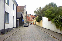 The streets of Visby Gotland Sweden. (bellrich1941) Tags: visbygotlandsweden visby gotland sverige sweden car oldtown tree wall building road people richardboyle gallerychess yourgotlandphotos cobblestone