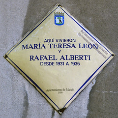 Placa Conmemorativa. Mª Teresa León y Rafael Alberti (Madrid) (Juan Alcor) Tags: madrid placa conmemorativa rombo amarillo placamemoriademadrid generacióndel27 poeta mariateresaleon rafaelalberti españa spain